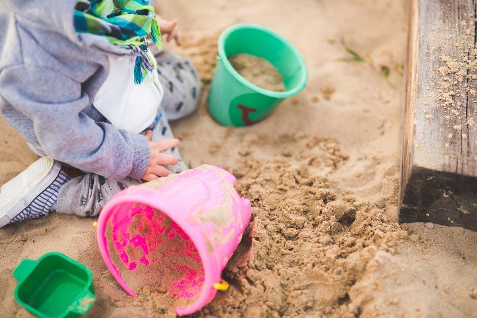 простая игра для детей с песком