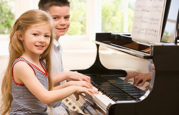 дети занимаются музыкой