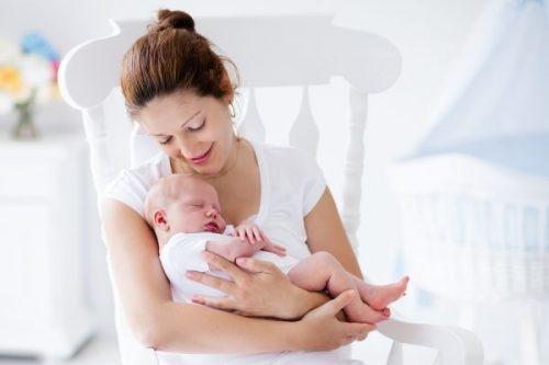 мама укачивает малыша на руках