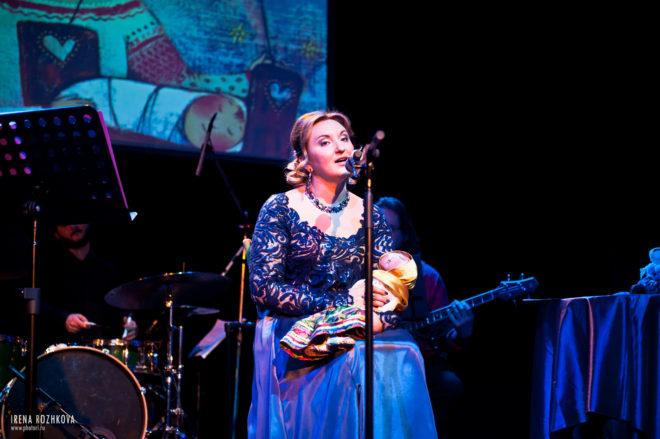 Наталия Фаустова поет на концерте