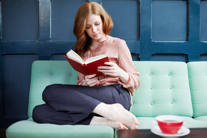 уставшая мама читает